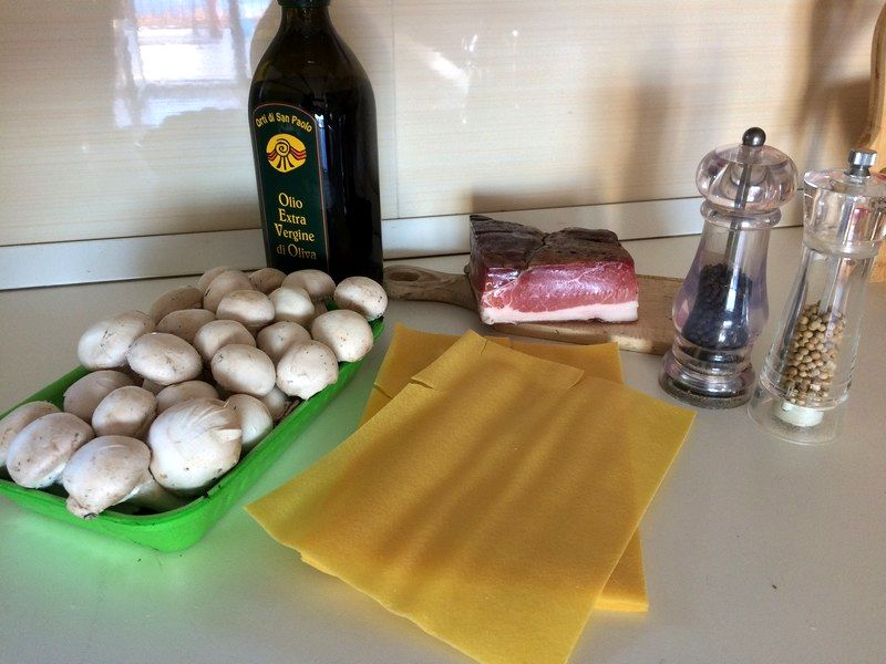 Lasagne con funghi champignon e speck