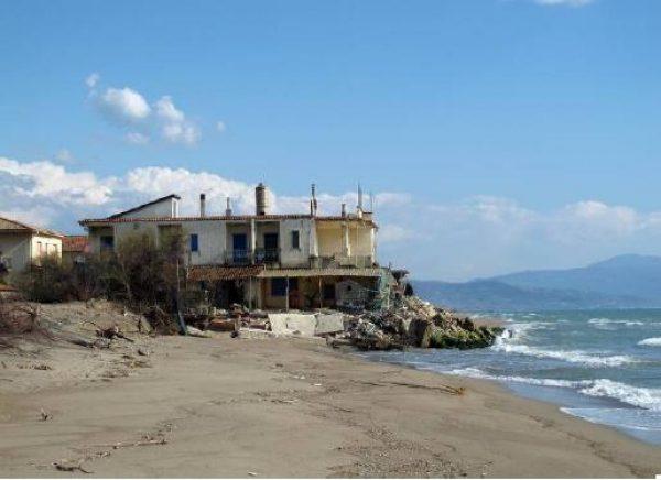 Campania, Legambiente: «29 km costa cancellati dal cemento»