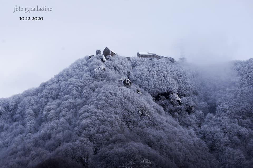 Il monte Sacro del Cilento si colora di bianco: le foto catturano la meraviglia