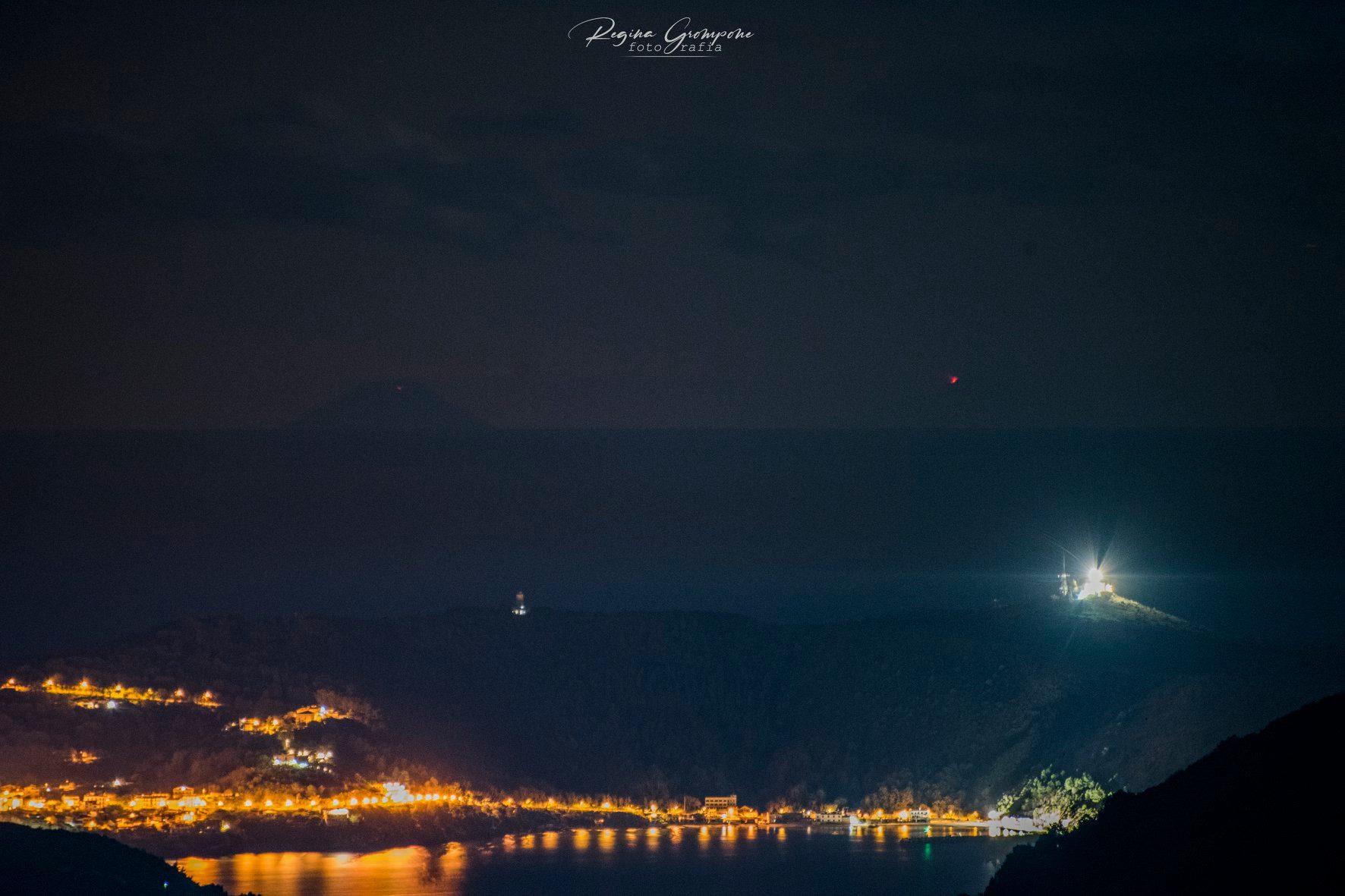 Capo Palinuro, Stromboli e l'Etna in eruzione: la foto è storia
