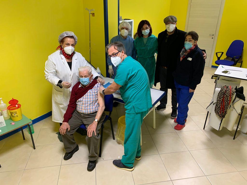 Vaccini agli over80: adesione alta a Caselle in Pittari, anche un centenario