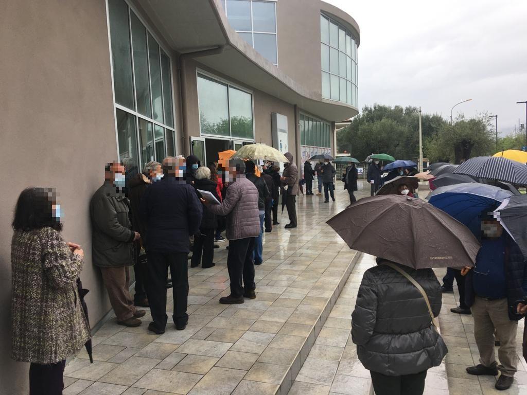 Over 70 in fila per ore sotto la pioggia per le vaccinazioni - Giornale del  Cilento