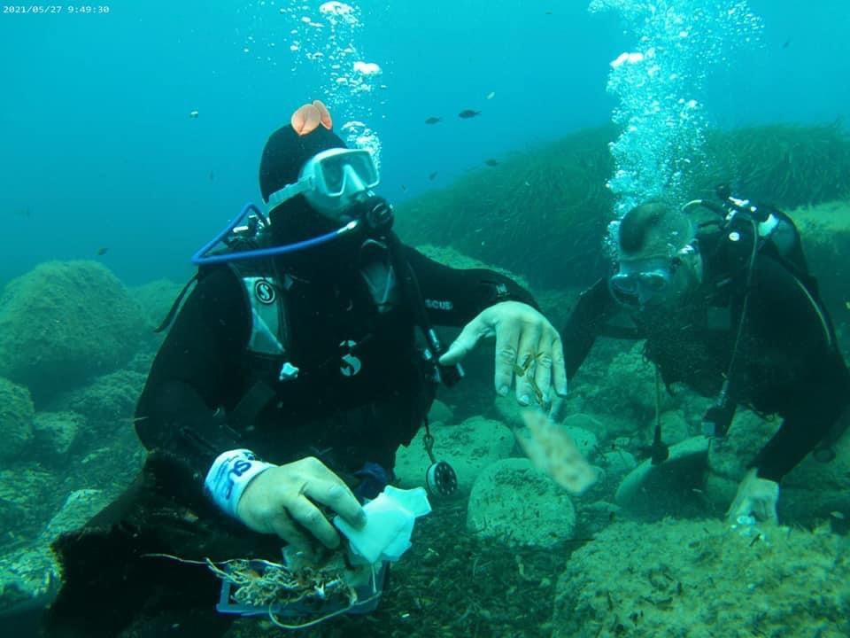 Sub recuperano rifiuti dai fondali del mare di Agropoli