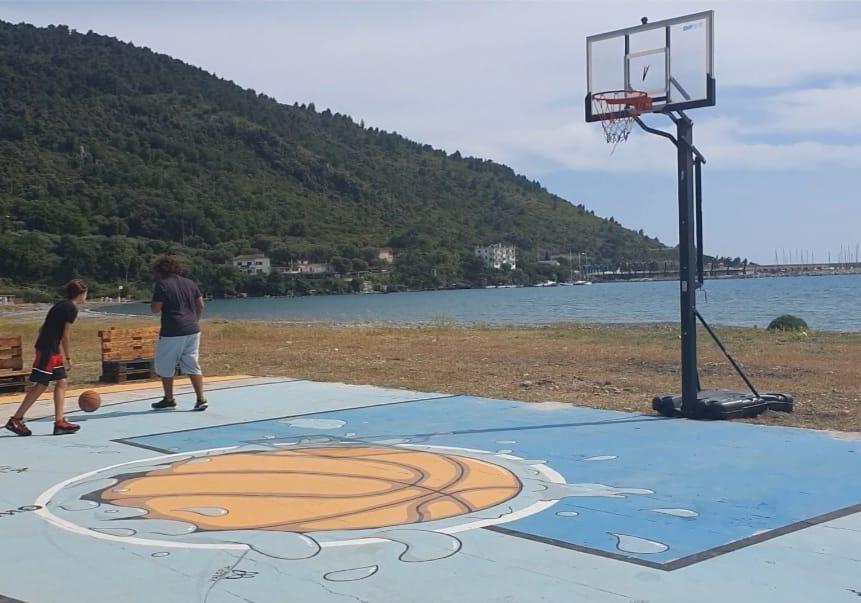 Sapri beach sport, il campo da basket in riva al mare | FOTO
