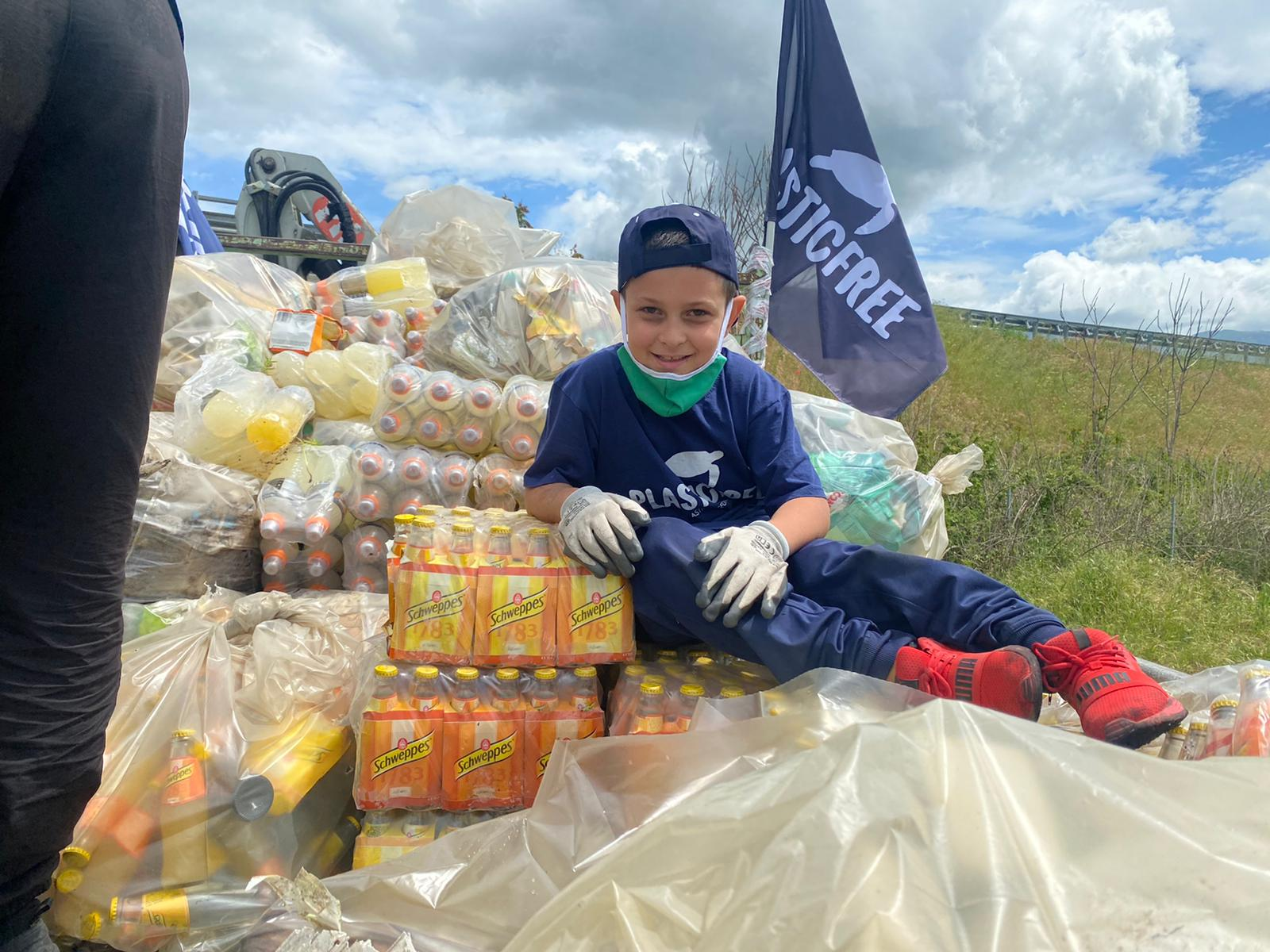 Sala Consilina, i volontari raccolgono plastica e bibite scadute