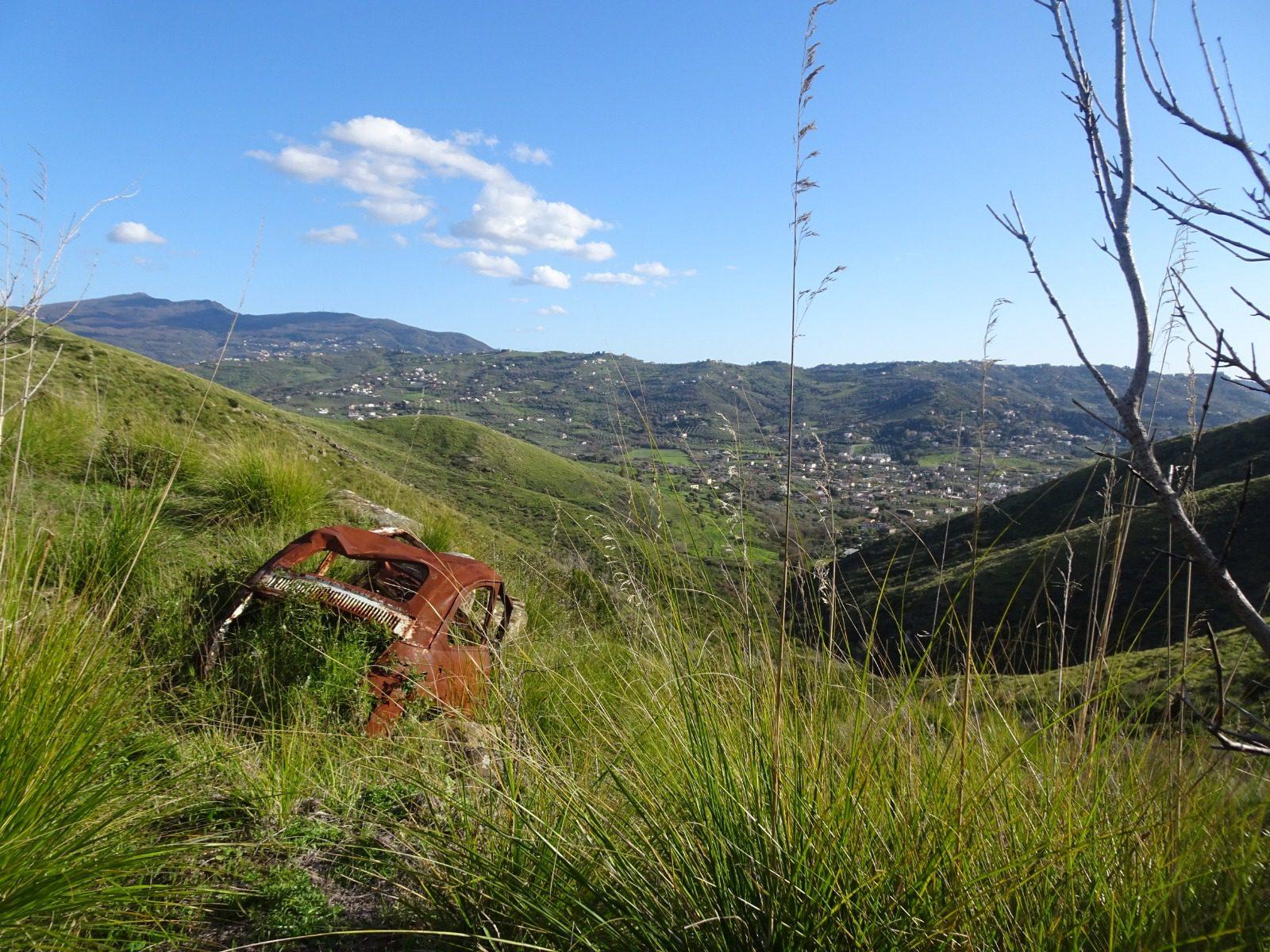 Monte Tresino, continua rimozione delle auto bruciate e abbandonate