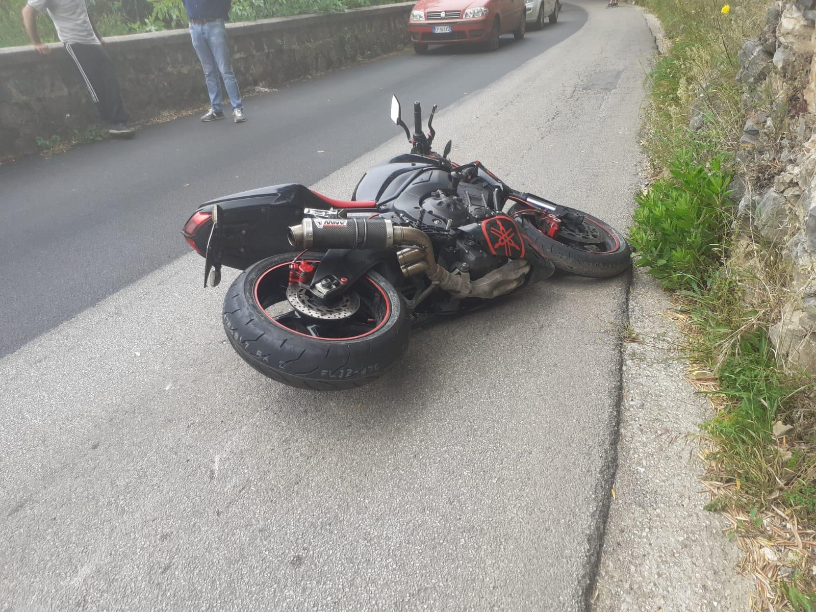 Camerota, scivola con la moto: ambulanza per un 35enne