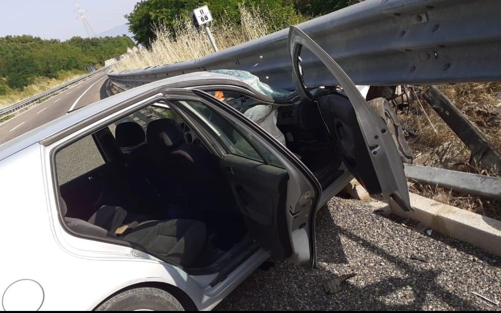 Alla guida sotto effetto di oppiacei, 22enne si schianta contro il guard rail