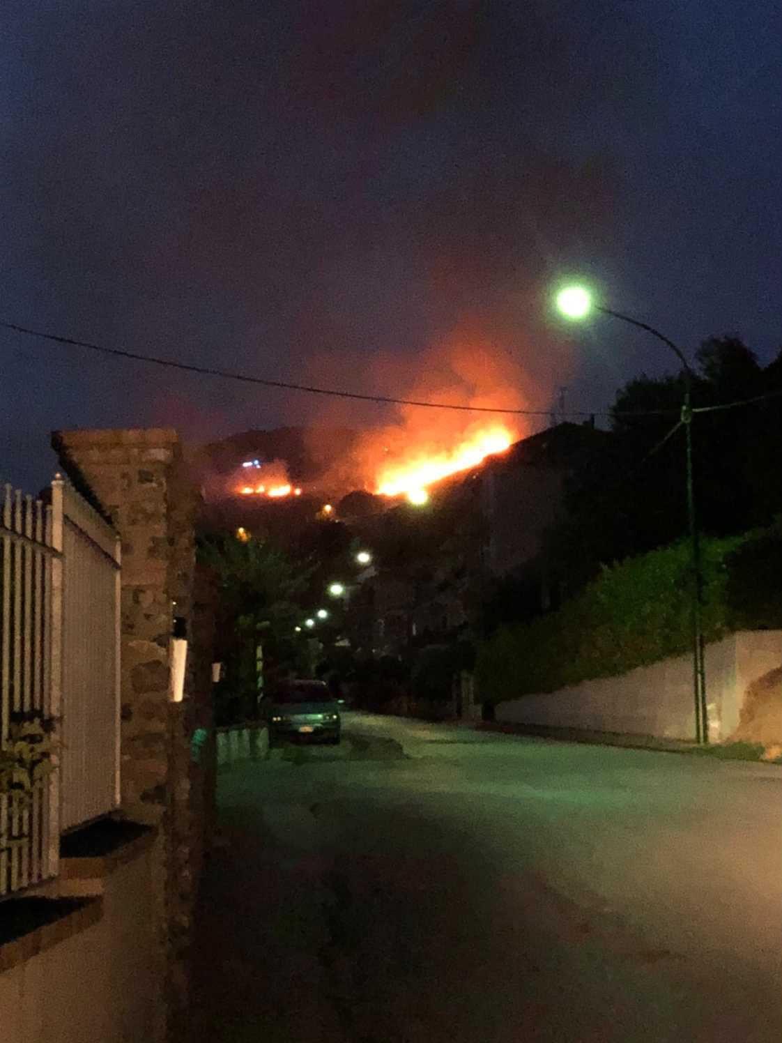 Ascea, vasto incendio minaccia abitazioni