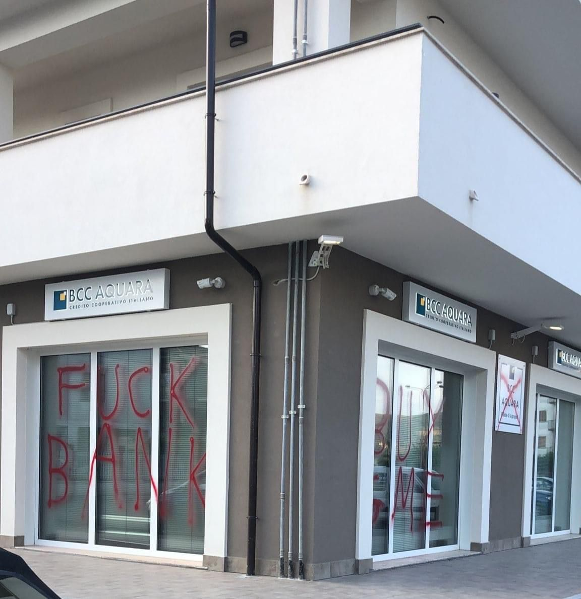 «Fuck bank»: vandali danneggiano vetrine della sede Bcc di Aquara