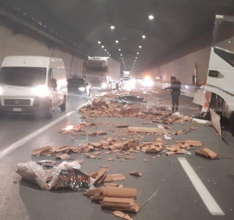 Tir perde il carico di mattoni tra Sicignano e Petina, disagi al traffico