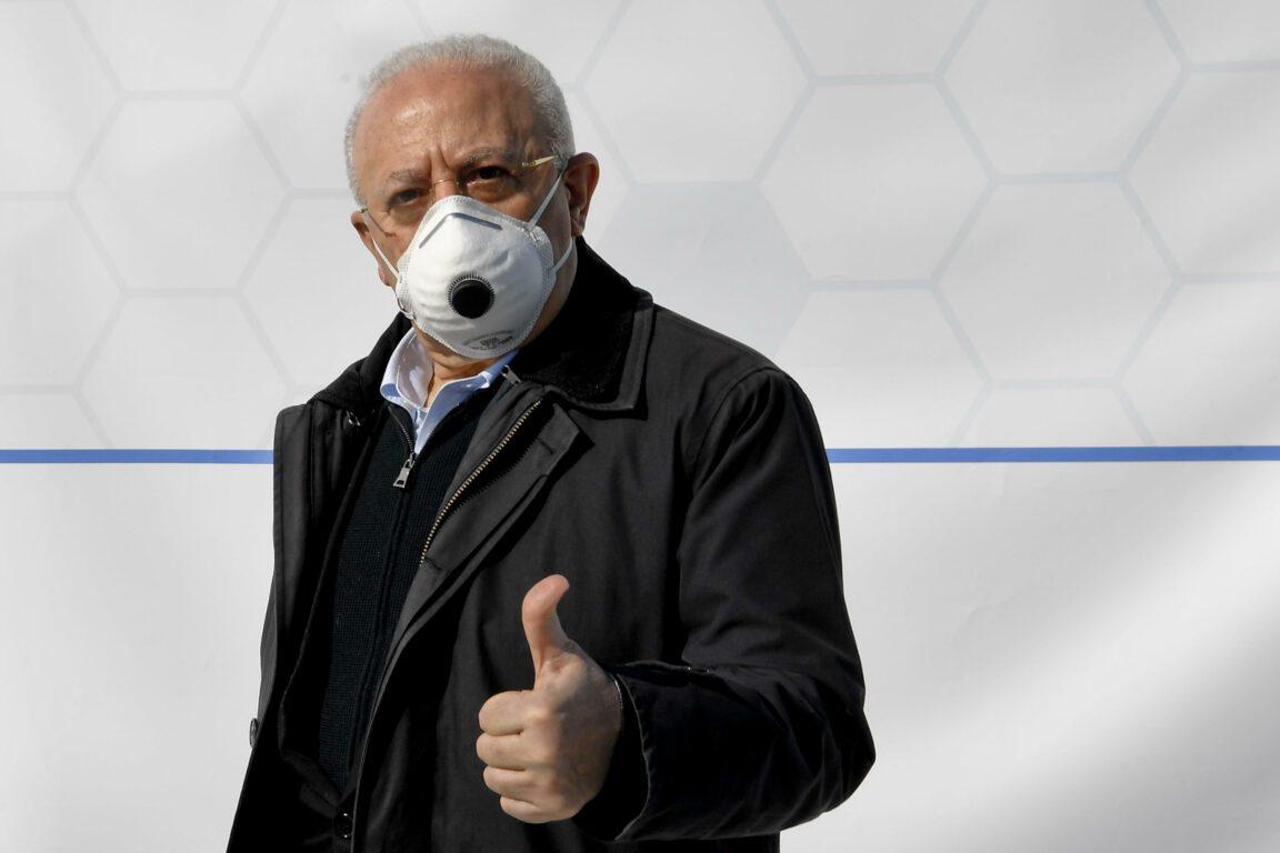 Campania, da lunedì mascherine non più obbligatorie. Ma De Luca pensa a un nuovo provvedimento