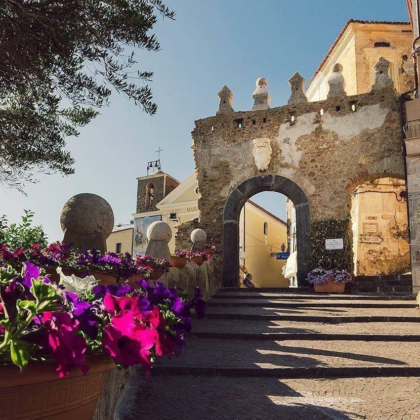 Agropoli, fiori e piante per abbellire l'ingresso al borgo antico